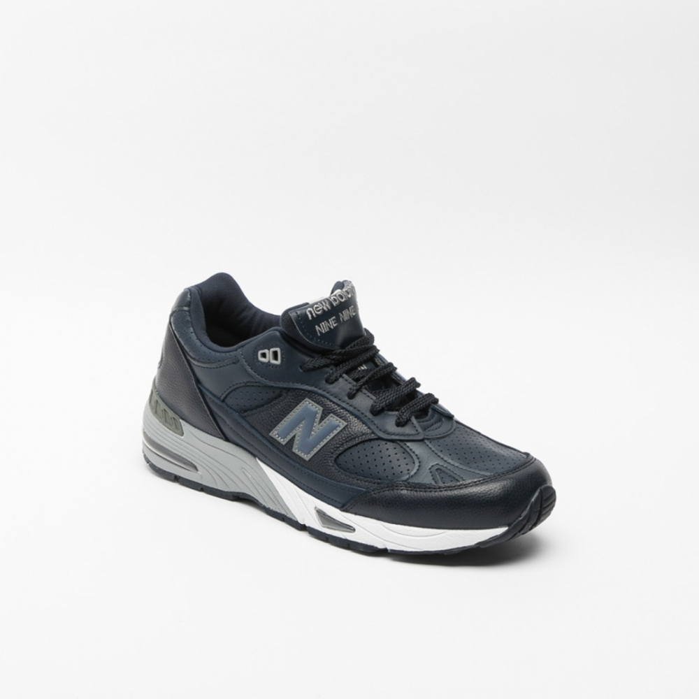 Whether you're looking for running shoes, cross-trainers or casual walking shoes, at DICK'S Sporting Goods you'll find navy blue Nike® shoes in a wide variety of styles and sizes. Our men's navy Nike® shoes cover a full range of contemporary and classic looks .